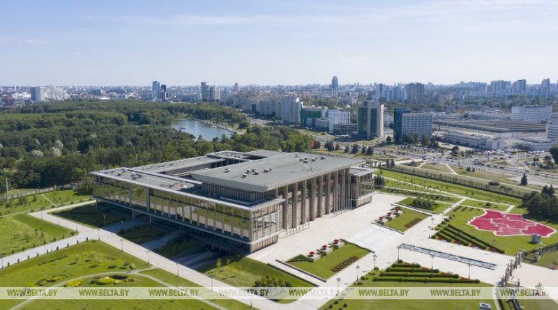 Лукашенко подписал новый указ. Получать пенсии и зарплаты можно будет на базовый счет в банке